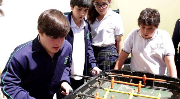 Ezequiel y sus amigos jugando al metegol