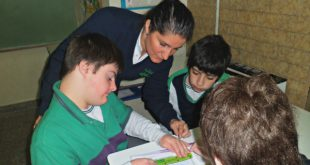 Docente Claudia Fiorito con estudiantes