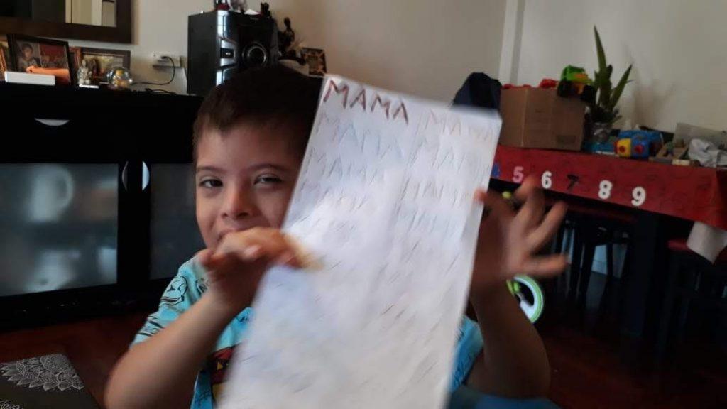 Gio escribe MAMÁ